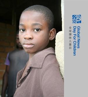 24 Ekim 2009 tarihinde sekiz yaşında olan Michel Ngue  babası, abisi ve kızkardeşleriyle ormanda yaşadıkları köyü ve hayatı kendi gözünden fotoğrafladı