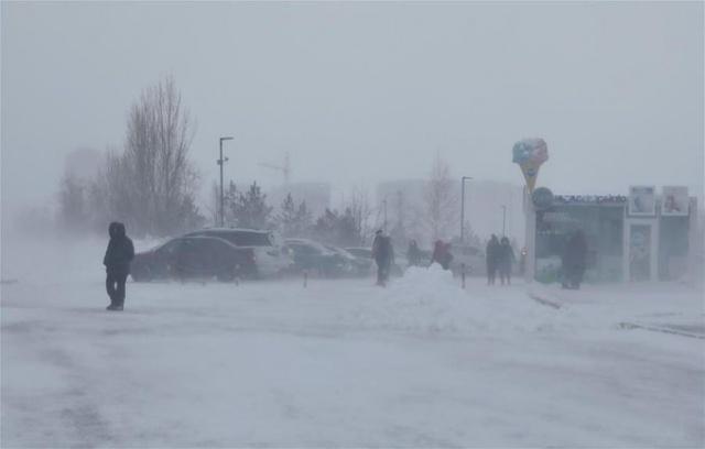 Kazakistan'da çetin geçen kışa bir de kar fırtınası eklenmesi sonrası başkent Nur Sultan'da olağanüstü hal ilan edildi.