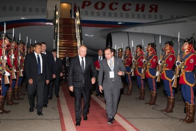 Vladimir Putin'i Moğolistan'da Çengiz Han Havaalanında ve sarayın önünde Çengiz Han askerleri  karşıladı.