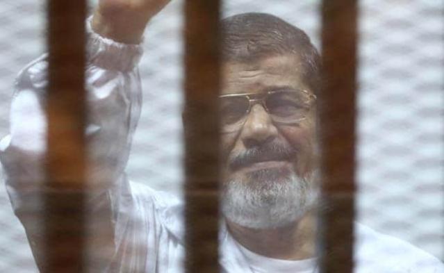 """Mısır'da ilk defa 17 Haziran 2012 yılında yapılan demokratik seçimlerle cumhurbaşkanlığını kazandığı günün 8'inci yıl dönümünde darbeyle iktidara gelen hükümetin mahkeme salonunda hayatını kaybeden seçilmiş Cumhurbaşkanı Muhammed Mursi, muhakemesi boyunca bazen konuşturulmadı, bazen hakarete maruz kaldı ancak hiçbir zaman cesur tavrından geri durmadı.  Yargılandığı davaların bazılarından idam, bazılarından da onlarca yıl hapis cezalarına çarptırılan ve hakkında açılan birçok davanın da sürdüğü Mısır'ın demokratik seçimlerle göreve gelen ilk cumhurbaşkanı Mursi, muhakeme sürecinin haksız olduğunu """"Ben hala bu ülkenin cumhurbaşkanıyım. Anayasaya göre sıradan mahkemeler bana  soruşturma açma yetkisine sahip değil."""" sözleriyle tepki göstermişti."""