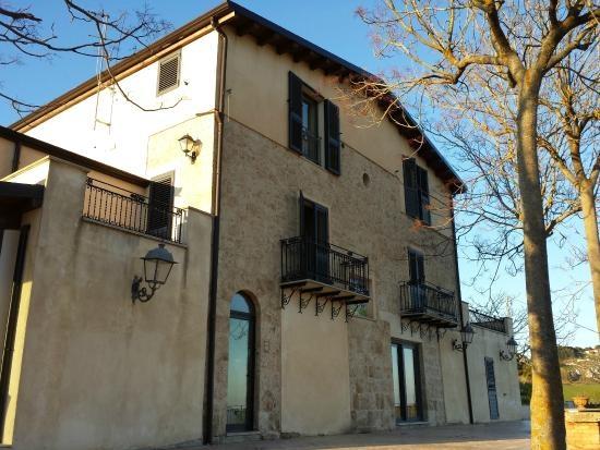 İtalya'nın Sicilya bölgesinde bulunan yaklaşık 11 bin nüfuslu Mussomeli şehrinin Belediye Başkanı Giuseppe Catania, şehirde turizmi canlandırmak için bazı evlerin 1 euroya satılmasına karar verdi.