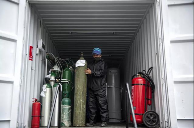 Peru'da koronavirüsle mücadele: Seyyar araç, ihtiyacı olana bedava oksijen dağıtıyor. Salgın kaynaklı can kaybının ve vaka sayılarının giderek arttığı Peru'nun başkenti Lima'da, koronavirüs hastalarına mobil bir üretim aracıyla 'bedava oksijen tüpü' dağıtılıyor. Ordunun kontrolünde olan araçlara boş tüplerini getiren halk, yeniden oksijen doldurtup salgınla mücadele eden yakınlarına taşıyor.