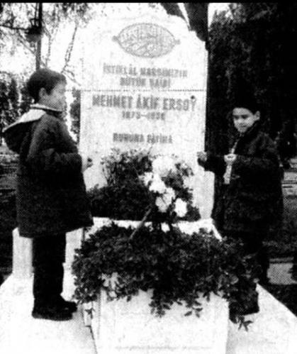 Öğrenciler Akif'in mezarı başında.