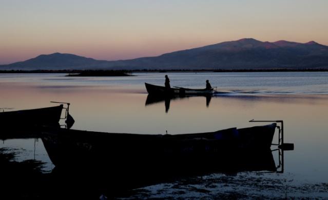 Konya'nın Seydişehir ilçesindeki 16 bin hektarlık havzaya sahip olan Suğla Gölü, kış mevsiminde kızıl ve mavinin tonlarına bürünüyor.