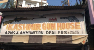 Keşmir'de küçük bir silah dükkanı