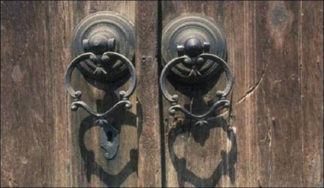 Mahrem alana işaret etmeleri açısından kapı tokmakları, medeniyetimizin sosyal hayata ve mahremiyete bakışını simgeler. Kamusal alanla özel hayat arasında duran Osmanlı yadigârı kapı tokmaklarından 10 örnek.