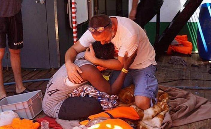 Günlerdir açık denizde bekleyen gemideki 27 çocuk karaya indirildi