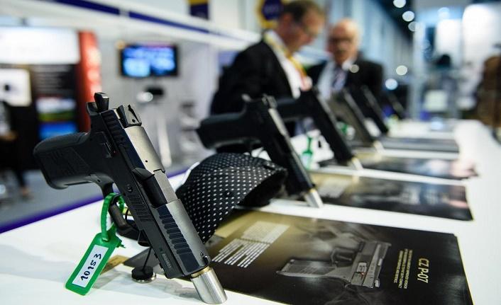Silahları tanıtan gazetecilere serbest nasıl ve nerede kullanılacaklarını yazanlara yasak
