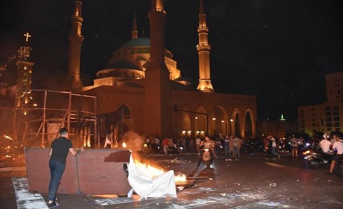Devrim sloganı atan Lübnanlılar ve polis çatıştı