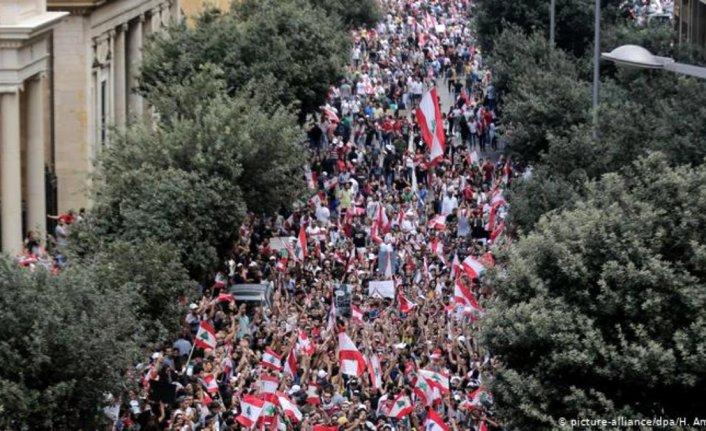 Lübnan'da vergi protestoları sürüyor