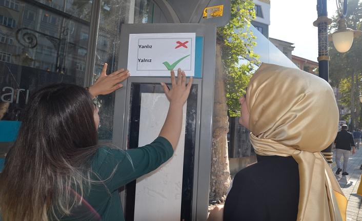 Türkçenin doğru kullanımı için otobüs duraklarına etiket
