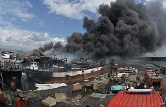 Endonezya'da liman yangınında tekneler küle döndü