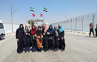 Gönüllü kuaförler Suriyeli küçük kızları sevindirdi