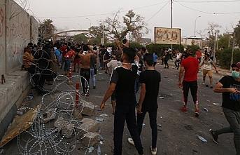 Basra'da göstericiler İran Başkonsolosluğunu basarak, ateşe verdi