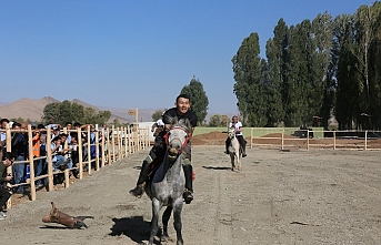 """Kırgızlar Millet Bahçesi'nde """"Buzkaşi"""" oynadılar"""