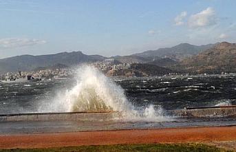 Kuzey Ege'deki fırtına şiddetini arttırıyor