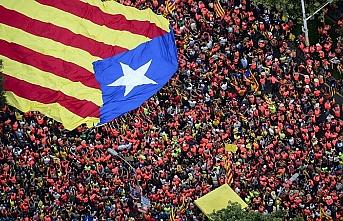 Yüzbinlerce Katalan bağımsızlık için yürüdü
