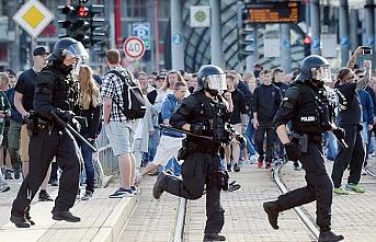 Almanya'da ırkçılar polise saldırdı