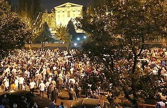 Ermenistan yine karıştı, binlerce insan meclis önünde