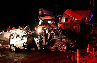 Gişede bekleyen araçlara tır çarptı: 15 ölü
