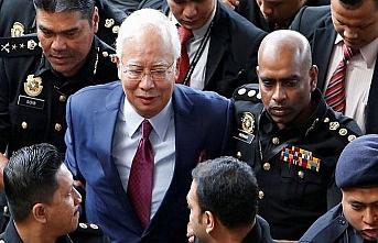 Malezya eski lideri ve eşine zor sorular