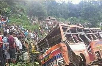 Nepal'de yolcu otobüsü uçuruma yuvarlandı: 18 ölü