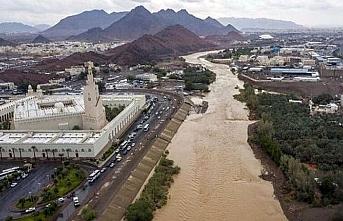 Suudi Arabistan'da aynı anda sel ve dolu