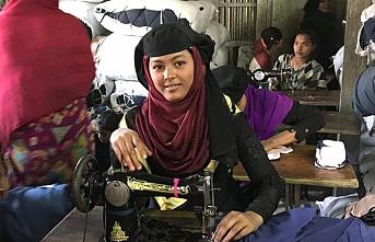 Rohingyalı kadınlar dikiş dikerek iyileşmeye çalışıyor