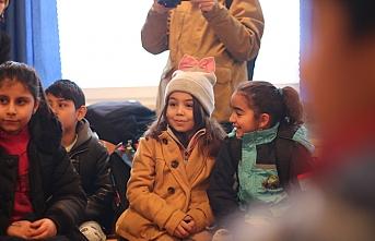 Bosna'daki göçmen çocuklar okul sırasına oturdu