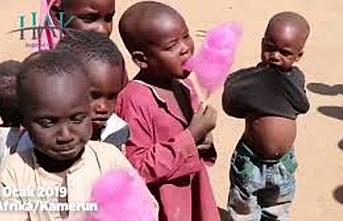 İlk kez pamuk şeker yiyen Afrikalı çocukların mutluluğu