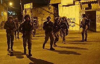 İsrail askerleri 2 Filistinli görevliyi hedef aldı