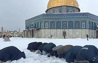 Kudüs'te kar altında namaz