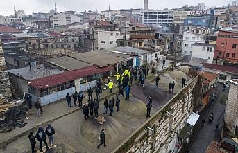 Tarihi binaya yapılan kaçak katlar balyozla yıkıldı