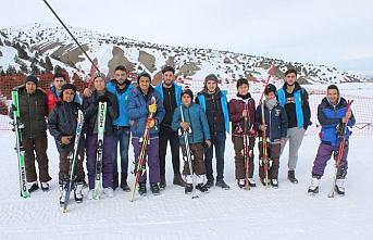 Afgan çocuklar Erzincan'da kayak yaptı