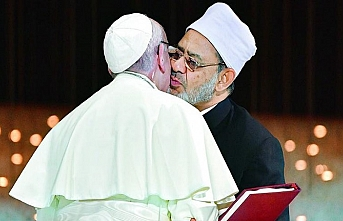 Papa'dan Ezher imamına barış öpücüğü