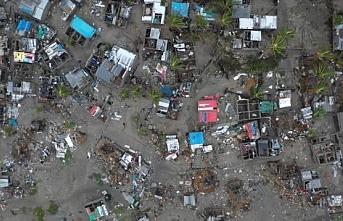 Çatılarda ve ağaçlarda mahsur kalan 15 bin kişi kurtarılmayı bekliyor