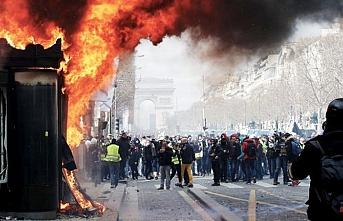 Macron çareyi Şanzeliyeyi kapatmakta buluyor