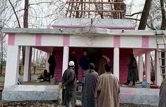 Müslümanlar, Pulwama'daki 80 yıllık tapınağı yenilemek için Panditlerle el ele verdiler