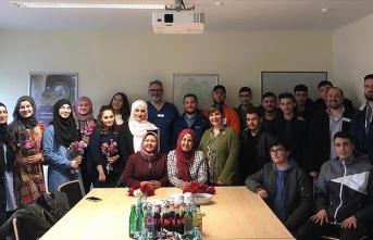 Almanya'da Türk gençler hastalara moral verdi