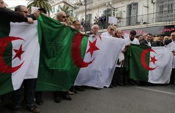 Cezayir'de ordudan Buteflika'ya görevi derhal bırakması çağrısı