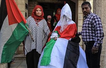 Gazzeli damat baba ocağı bombalanan gelini Heniyye'nin evinden aldı