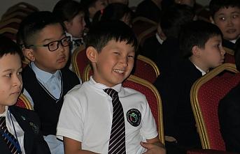 Kazakistan'da Karagöz ve Hacivat gölge oyunu