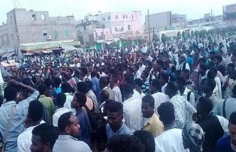 Sudan'da askeri darbe için kulaklar radyolarda
