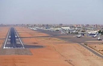 Sudan'da Hartum havalimanında seferler durduruldu, karargahta silah sesleri