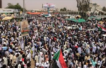 Sudan'da göstericiler Genelkurmay yakınında gıyabi cenaze namazı kıldı