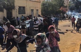 Sudanlı göstericiler ordu karargahına girdi