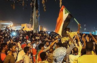 Sudanlılar Askeri Geçiş Konseyi Başkanı'nın görevi bırakmasını kutluyor