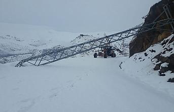 Tarih 22 Nisan, Siirt ve Şırnak'ta kar yüzünden 30 köy yolu kapandı