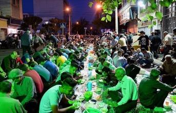 İran'ın başkenti Tahran'da sokak iftarı geleneği