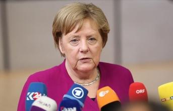 Merkel'den Avrupa'ya yükselen 'aşırı sağ' uyarısı
